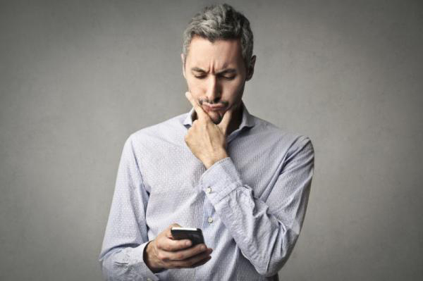 smartphone user confused by mobile apps